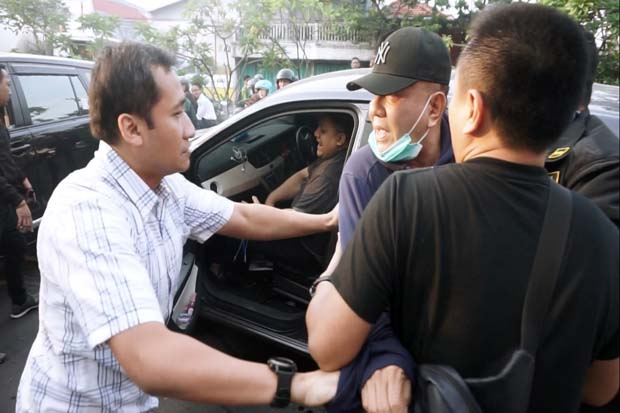 Gambar Detik-detik Tim Kejari Surabaya Tangkap Wisnu Wardhana