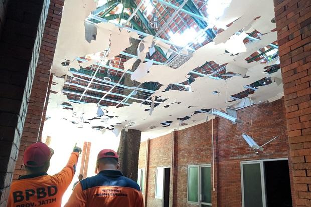 Pohon Tumbang Hancurkan Food Court di Petirtaan Jolotundo