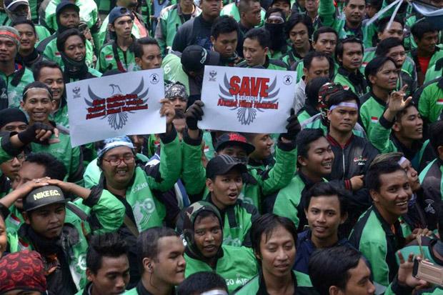 Ribuan Ojol Kawal Sidang Rekan Mereka di PN Surabaya