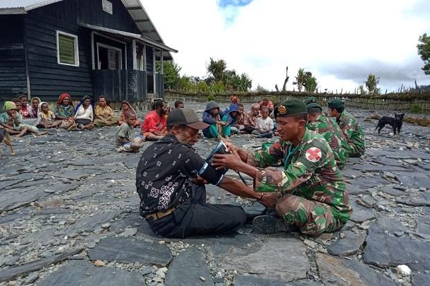 Penuh Kasih Sayang, Prajurit Kostrad Beri Pengobatan Warga Papua