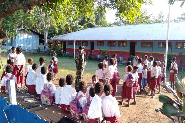 For the sake of Papuan Children, the Army Soldier Will Take School
