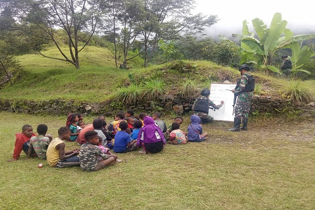 Cerdaskan Anak Papua, Prajurit Kostrad Ini Buat Sekolah Alam