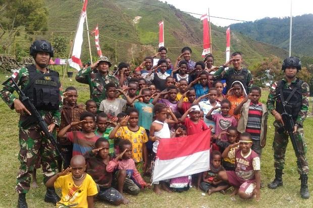 Ini Keceriaan Anak-anak di Puncak Jaya Bersama Prajurit Kostrad