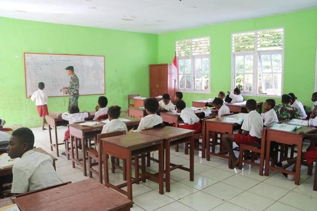 Prajurit Kostrad Mengajar di Papua, Demi Cerdaskan Anak Bangsa