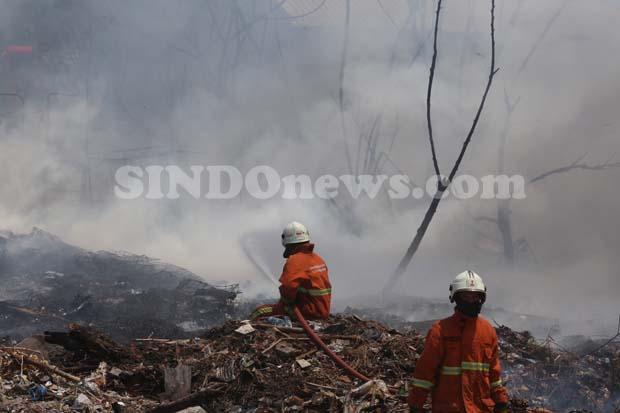 Si Jago Merah Melalap Habis Belasan Rumah Pemulung di Rungkut