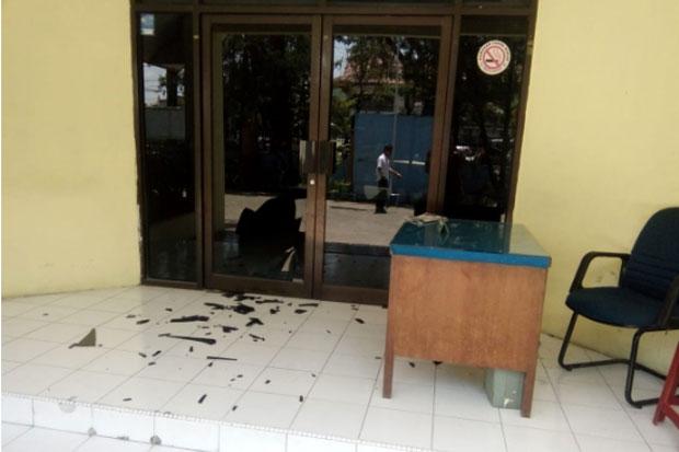 Satpam Telat Datang, Staf Disdik Makassar Ngamuk Pecahkan Kaca