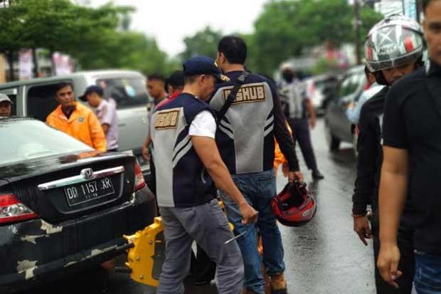 Puluhan Kendaraan Digembok di Depan Mal Panakukang