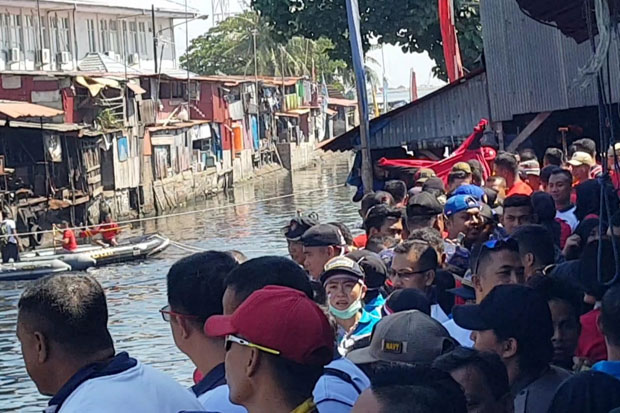 Ribuan Penonton Padati Lomba Tarik Tambang Perahu Karet di Paotere