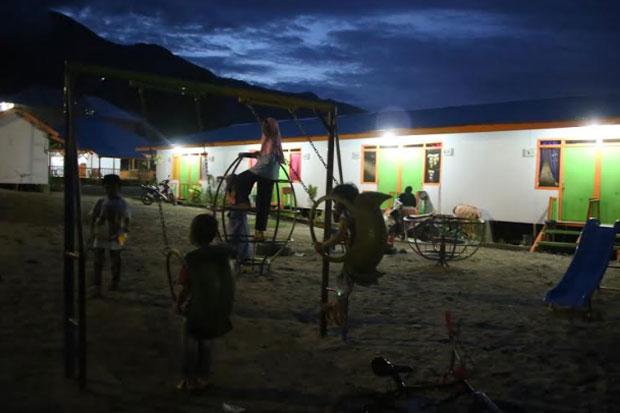 Cerita Foto : Senyum dan Tawa Pengungsi Gempa Palu di Huntara